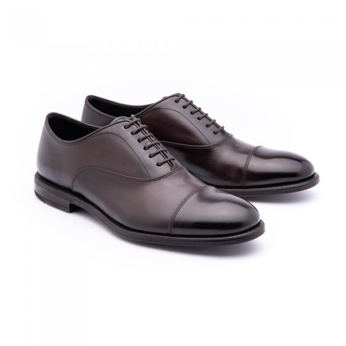 Lace-up in soft dark brown calfskin. Leather sole. Blake processing.